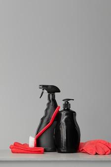 Vermelho e preto conjunto de ferramentas e ferramentas para limpar a cozinha.