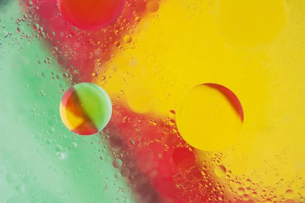 Vermelho; fundo amarelo e verde com bolhas texturizadas