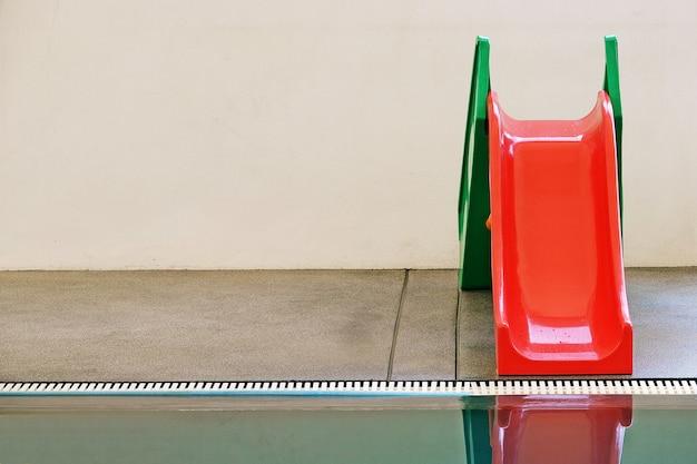 Vermelho, verde, slider de água na piscina