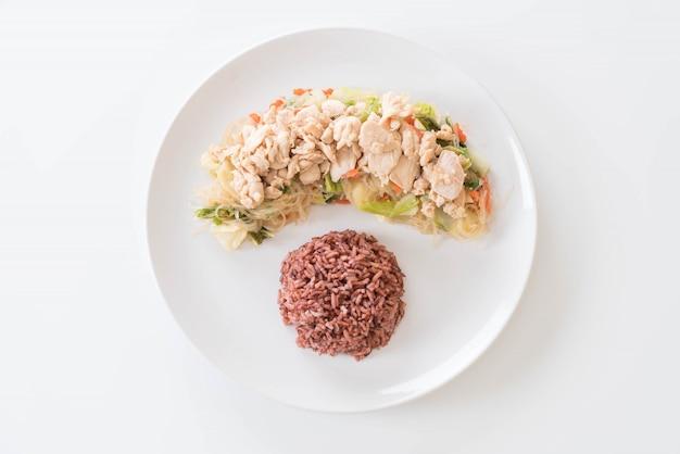 Vermicelli frito e frango com arroz de baga