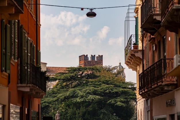 Verona, itália 10 de setembro de 2020: detalhe da torre do castelo de verona