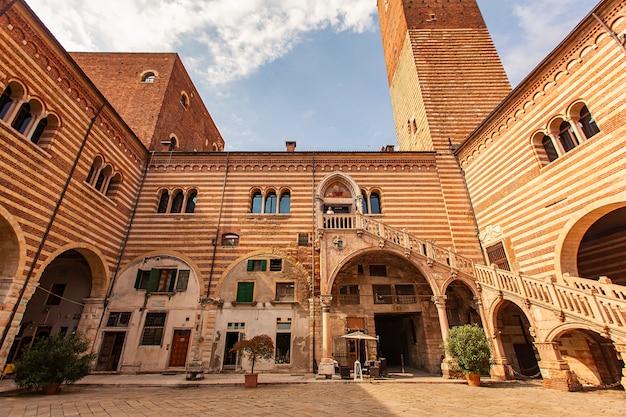 Verona, itália, 10 de setembro de 2020: palácio regione com escadaria em verona, itália