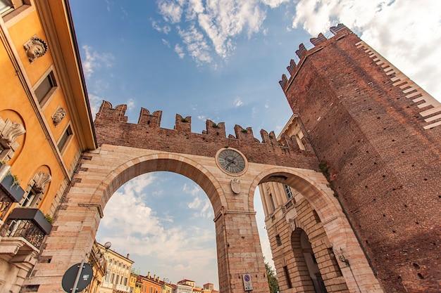 Verona, itália, 10 de setembro de 2020: portoni della bra, uma porta antiga e medieval na praça bra em verona, itália