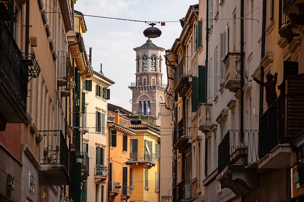 Verona, itália 10 de setembro de 2020: torre veronalamberti vista entre casas e edifícios históricos