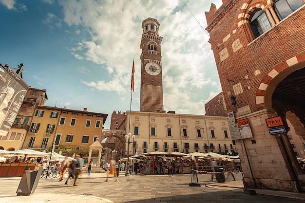 Verona, itália, 10 de setembro de 2020: visão grande angular da piazza delle erbe em verona, itália
