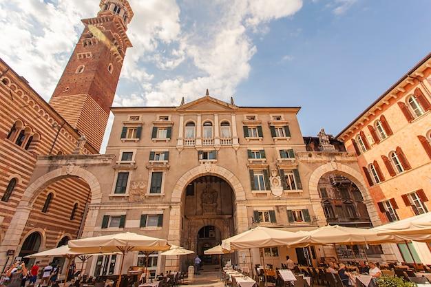 Verona, itália 10 de setembro de 2020: vista da piazza dei signori em verona, itália