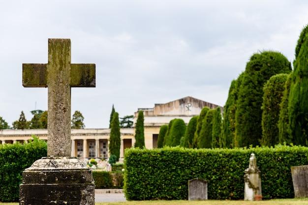 Verona, itália - 2 de outubro de 2021: esculturas religiosas dentro de um antigo cemitério.