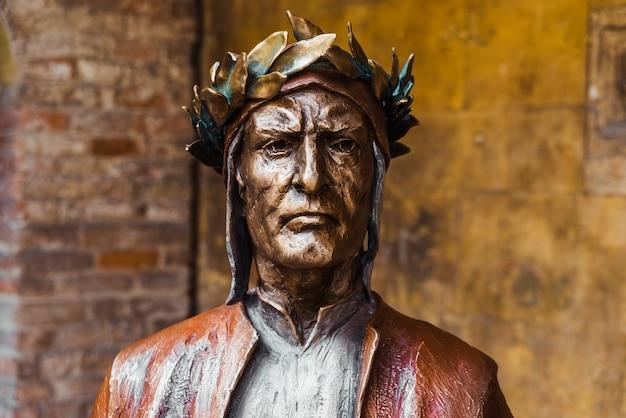 Verona, itália - 22 de setembro de 2021: estátua de bronze de dante alighieri, autor da divina comédia.