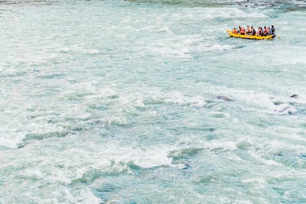 Verona, itália - 22 de setembro de 2021: os caminhantes descem em um barco inflável de rafting rio abaixo perto da cidade de verona.