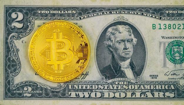 Versão física do bitcoin novo dinheiro virtual e notas de dois dólares.