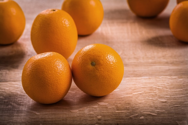 Versão horizontal madura laranja saborosa frutas frescas na placa de madeira