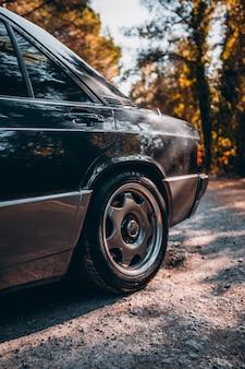 Verso e roda de um carro sedan preto vintage.