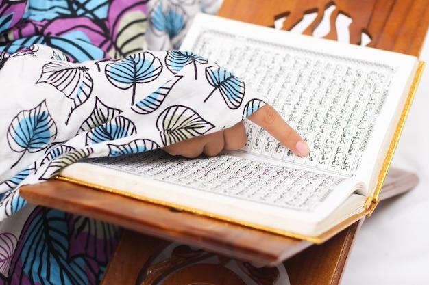 Versos do alcorão que são lidos isolados no fundo branco