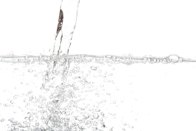 Vertendo água potável com ar de bolha isolado no fundo branco.