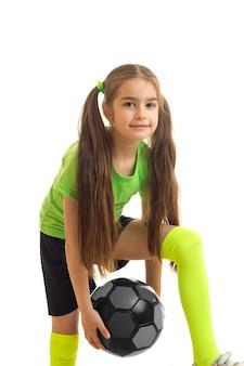 Vertical de escolinha com bola de futebol colorida em mãos isoladas em branco