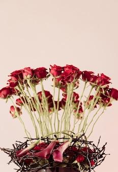 Vertical de lindas flores rosas vermelhas