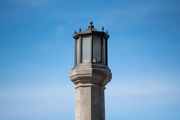 Vertical de um poste de luz de rua contra o céu azul