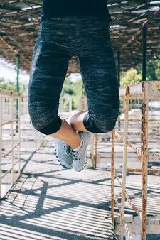 Vertical, imagem, atlético, jovem, mulher, pull-ups, ao ar livre, manhã, close-up
