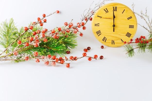 Véspera de ano novo. o mostrador do relógio com ponteiro das horas está às 12 horas e decoração.