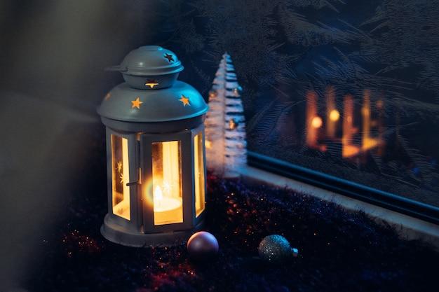 Véspera de natal de inverno. janela fosco