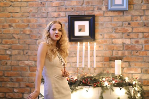 Véspera de natal, garota de vestido