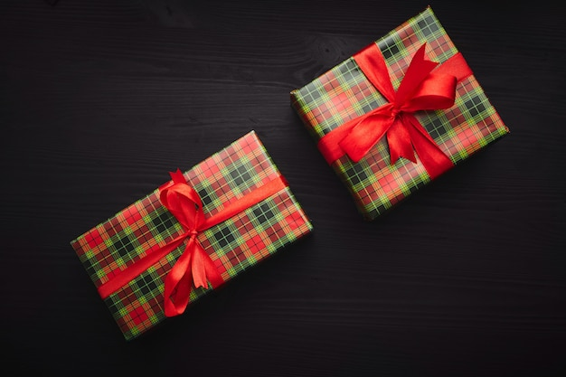 Véspera de natal. presentes em preto de madeira.