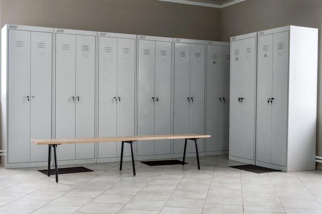 Vestiário com gavetas e bancos de metal