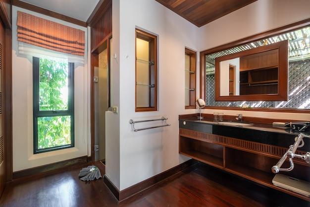 Vestiário com piso de madeira