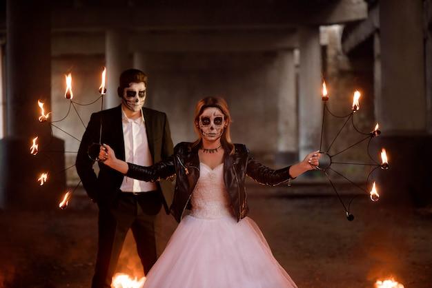 Vestida com roupas de casamento romântico casal de zumbis.