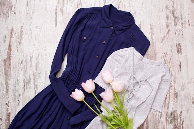Vestido azul e cinza, tulipas cor de rosa