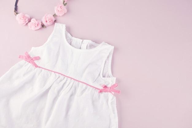 Vestido branco e acessórios para bebé