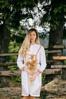 Vestido branco jovem loira atraente