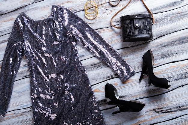 Vestido brilhante e sapatos escuros, salto preto e bolsa clássica, roupa elegante para senhora de qualidade appa ...