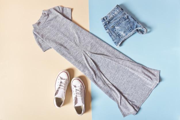 Vestido cinza, tênis branco e calça jeans