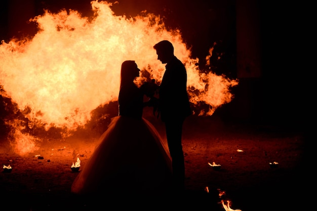 Vestido com roupas de casamento, casal zumbi romântico