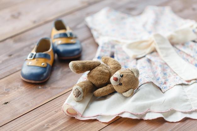Vestido de bebê batizado pendurado em um cabide - foco seletivo, cópia espaço