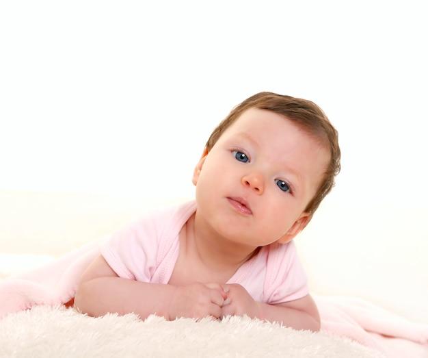 Vestido de bebê menina retrato em rosa com pele branca de inverno