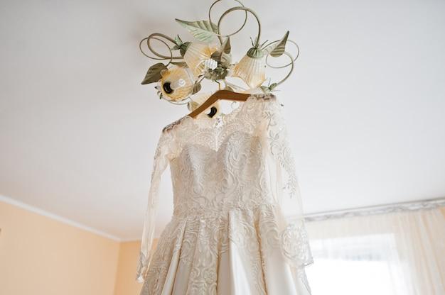 Vestido de casamento branco elegante na manhã da noiva.
