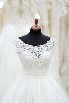 Vestido de casamento lindo em um manequim