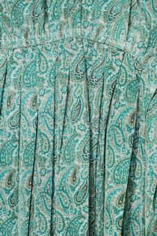 Vestido de close-up com padrão paisley