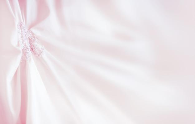 Vestido de noiva com elementos bordados e miçangas. acessório simbólico tradicional nupcial para a cerimônia de casamento. coloque para o texto.