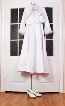 Vestido de noiva e acessórios da noiva preparados pela manhã para a cerimônia de casamento