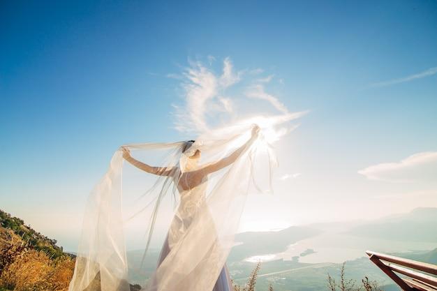 Vestido de noiva feliz linda noiva ao ar livre esvoaçante
