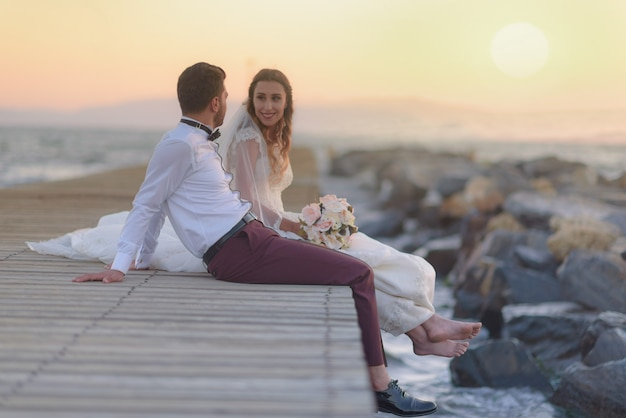 Vestido de noiva formal e casual para jovens noivos