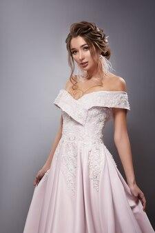 Vestido de noiva luxuoso em morena