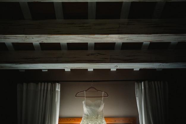 Vestido de noiva pendurado em cima do telhado.