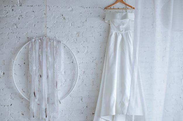 Vestido de noiva pendurado na parede