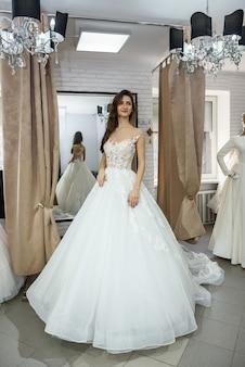 Vestido de noiva sorridente em salão de casamento
