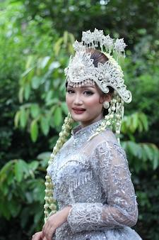 Vestido de noiva tradicional de mulher de java premium photo