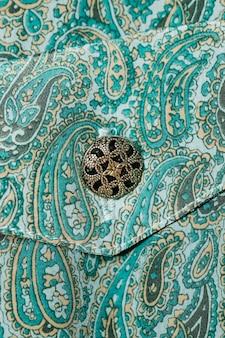 Vestido de padrão paisley de close-up com botão
